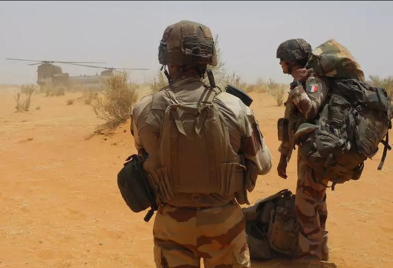 رئيس الوزراء الفرنسي يحتفل مع قوات بلاده بالقرب من الحدود الجزائرية