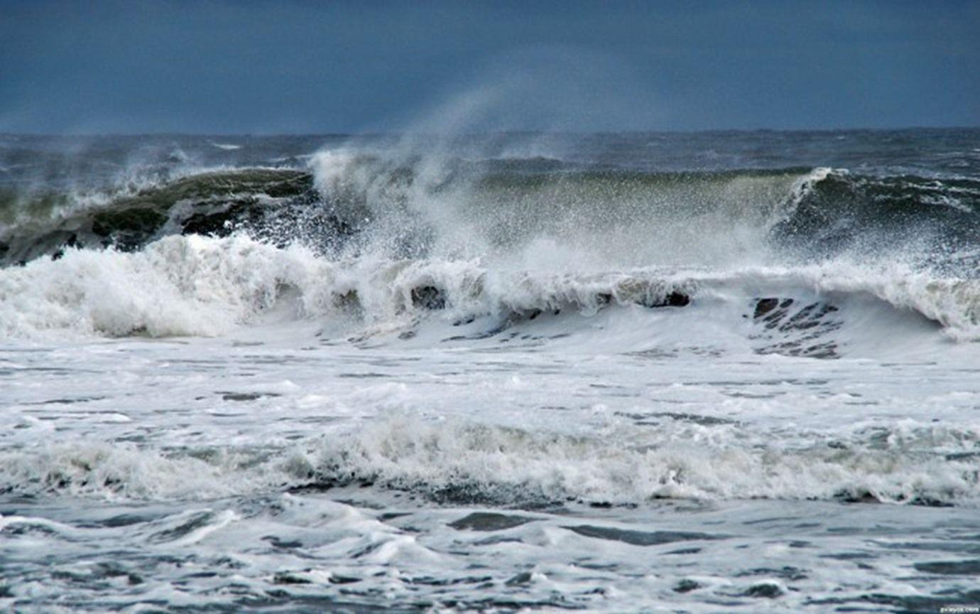 الأرصاد الجوية تحذّر من رياح قوية تتسبب في هيجان للبحر على 14 ساحل