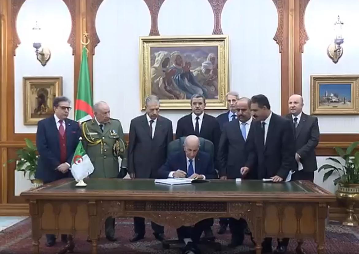 الرئيس عبد المجيد تبون يوقع قانون المالية لسنة 2021