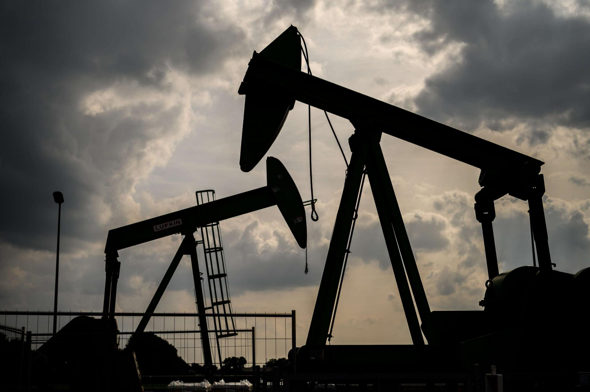 تراجع أسعار النفط بعد استئناف حركة الملاحة بقناة السويس