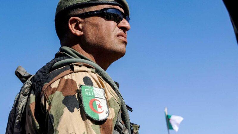 """قيادة الجيش تحذر من """"مخططات أطراف أجنبية"""""""