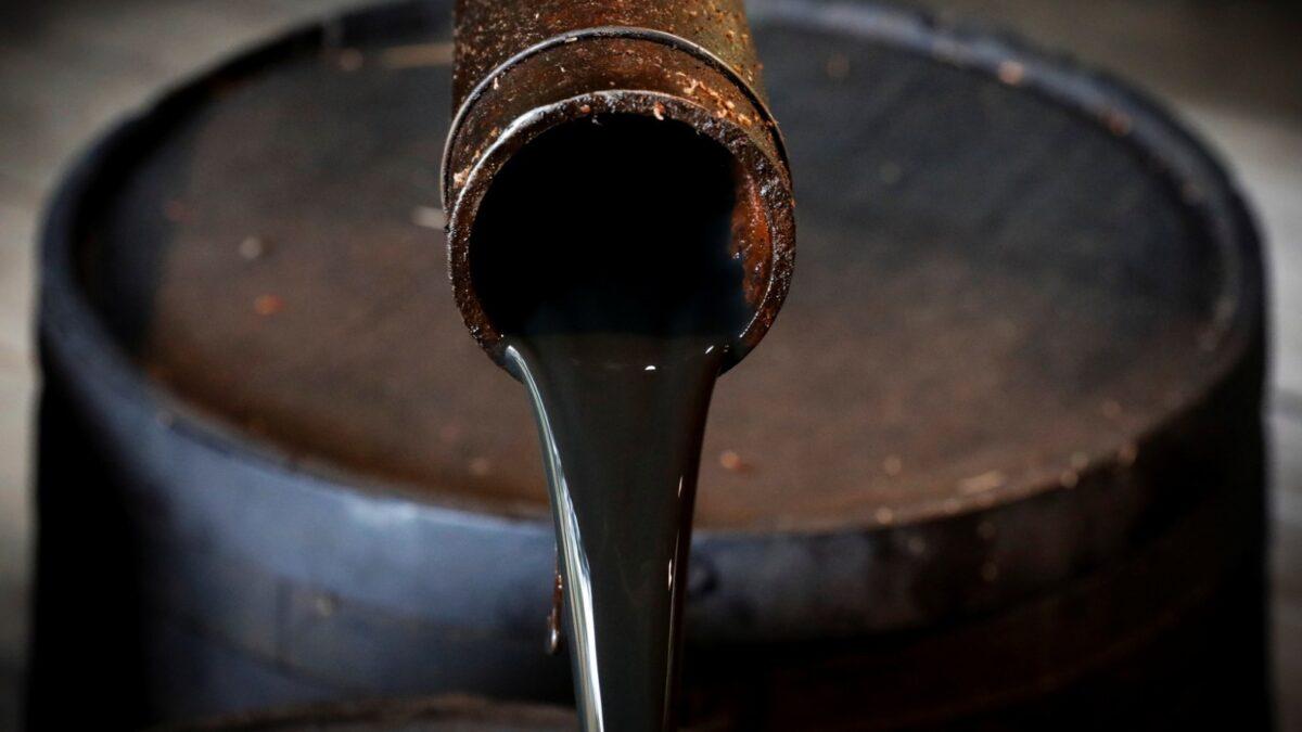 أسعار النفط تواصل ارتفاعها بسبب الطلب على الوقود وانخفاض المخزونات الأمريكية